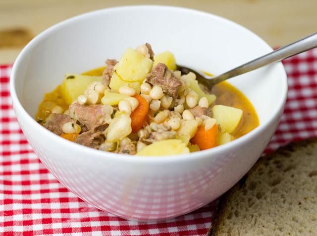 eine Schüssel frisch gekochter Lamm-Bohnen-Eintopf mit Kartoffeln