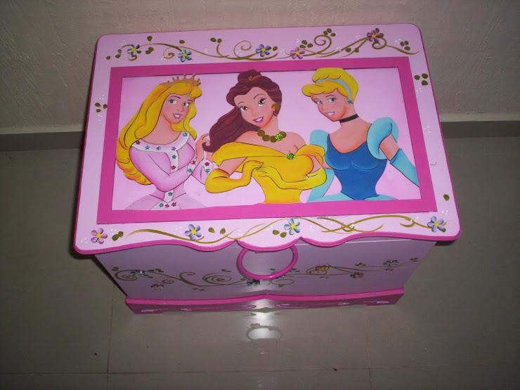 Bau Princesas Rosa R$ 190,00 medidas 64Cx48x48