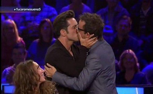 Beso de Bustamante y Ángel Llácer en Tu cara me suena.