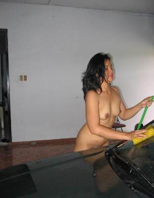tante bahenol cuci mobil dalam keadaan telanjang bulat