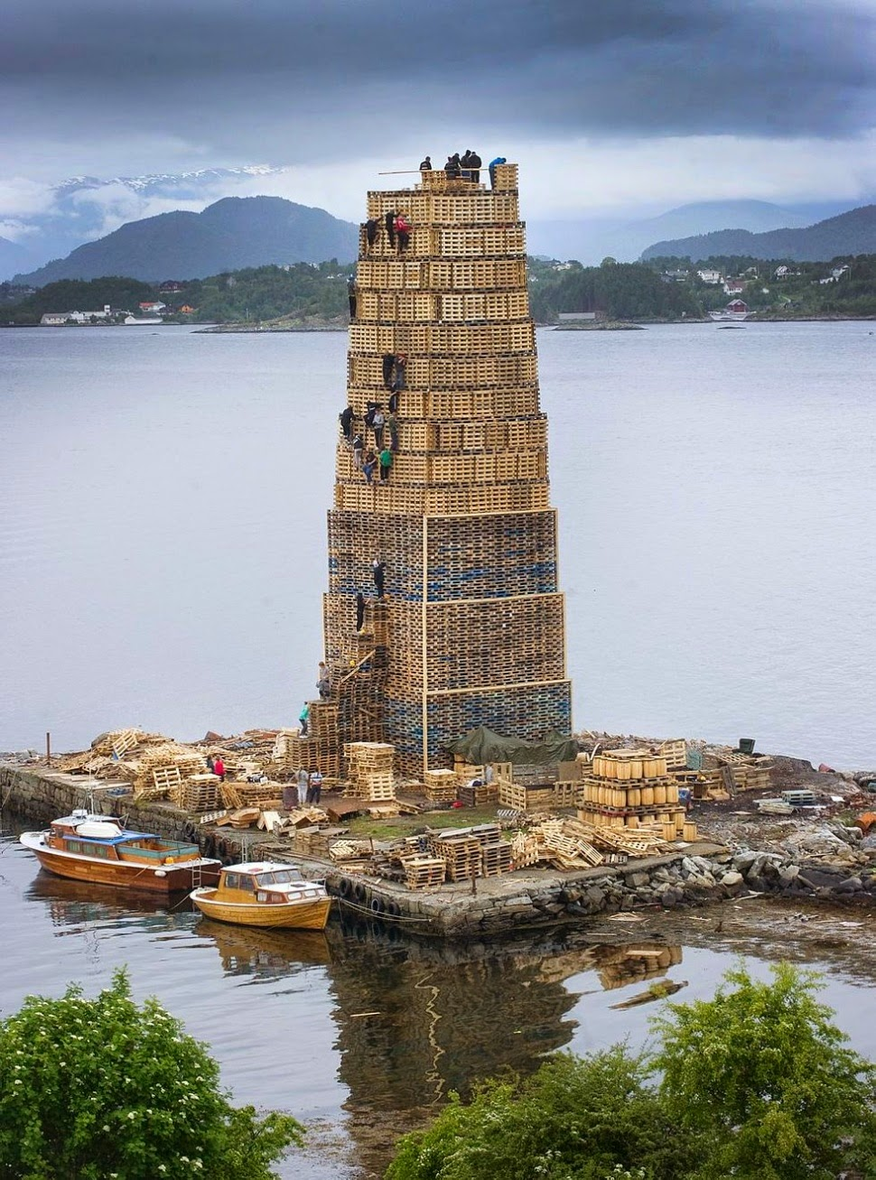 Norwegian Built Tower Of Pallets For Worlds Biggest Bonfire Pics - Norway creates biggest bonfire world