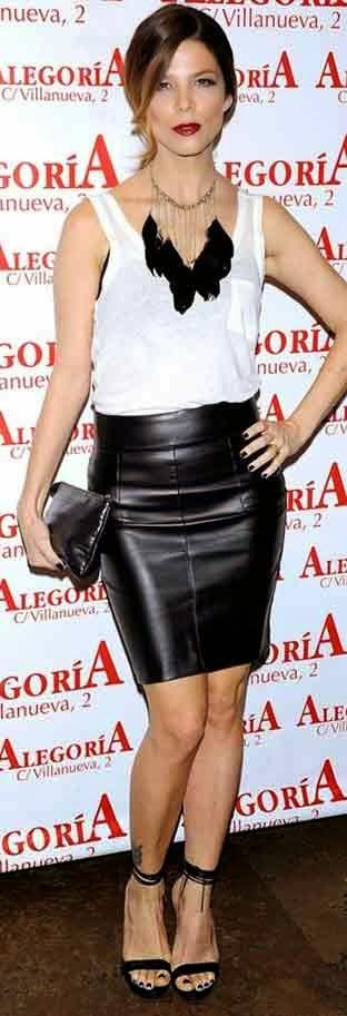 Actriz Juaan Acosta con falda de cuero