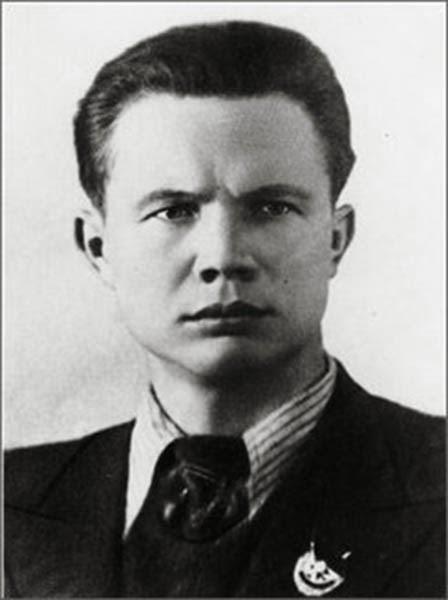 nikita khrushchev Thời niên thiếu sửa đổi nikita sergeyevich khrushchyov sinh năm 1894 tại làng kalinovka, tỉnh kursk, nước nga trong gia đình một người công nhân mỏ tên là sergei nikanorovich khrushchyov (người cha, đã mất năm 1938) – và ksenya ivanovna nikita có một người em gái kém mình hai tuổi tên là irina mùa đông khrushchyov đến trường.