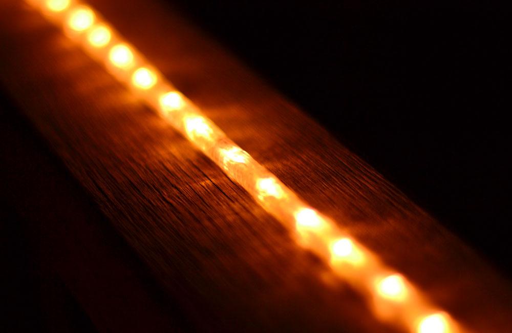 手すりに付いたライトの写真