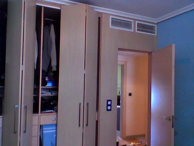 Frente armario de puertas plegables muebles cansado - Armario puertas plegables ...
