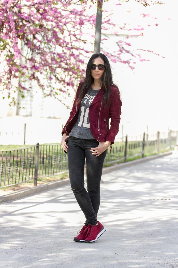 Streetstyle de primavera con zapatilla deportivas sneakers New Balance color burgundy