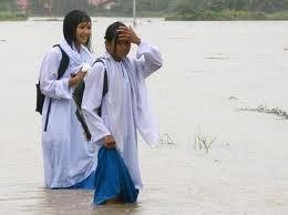 clever bulletin pelajar perempuan \u0027ghairah\u0027 main air banjirmusim banjir mungkin akan tiba bila bila masa sahaja sekarang ini hujan tak menentu kakileaks balik kampung tempohari (raya korban) pun hujan jer kat