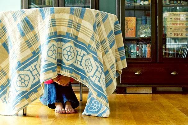 بالصور تعرف على اماكن يختبئ فيها الاطفال عند اللعب
