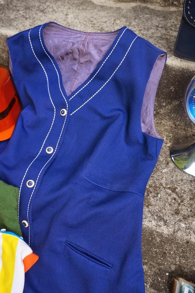 """du tissu 50s     un réveil 70s     deux tops 60s     des magazines Elle de 1960     un sac bleu marine effet """"brogue""""     une robe avec surpiqures (mon vice ! )       des broches vintage """"disque vinyl"""" et """"Sarah Moon vs 1979""""     une balance Terraillon ...j'avais cassé la mienne et en avais justement besoin pour mon atelier """"résine""""  vintage mod annees 60 70 50 1950 1960 1970 pop kitsch twiggy atomic space age clock tee dress fabric mags bag handbag"""