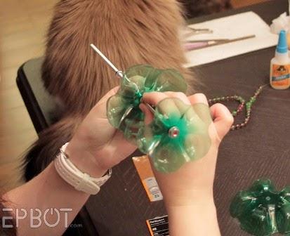Karya Kerajinan Tangan Unik Dudukan Aksesoris dari Botol Plastik Bekas 7
