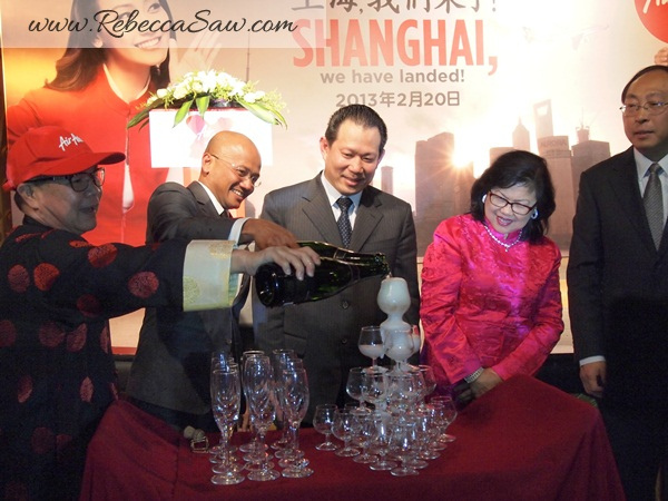 Lihat - Mantan Ketua Wanita UMNO bersama hidangan minuman ARAK!