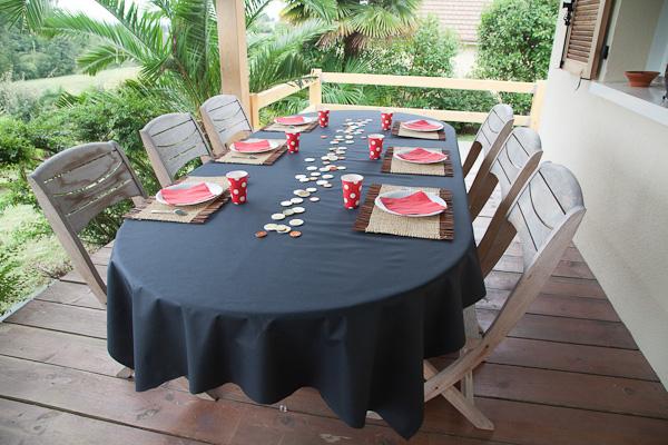 table aux couleurs pirates : rouge et noir