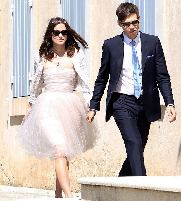 Kiera Knightley's wedding dress is ultra young modern and chic style.