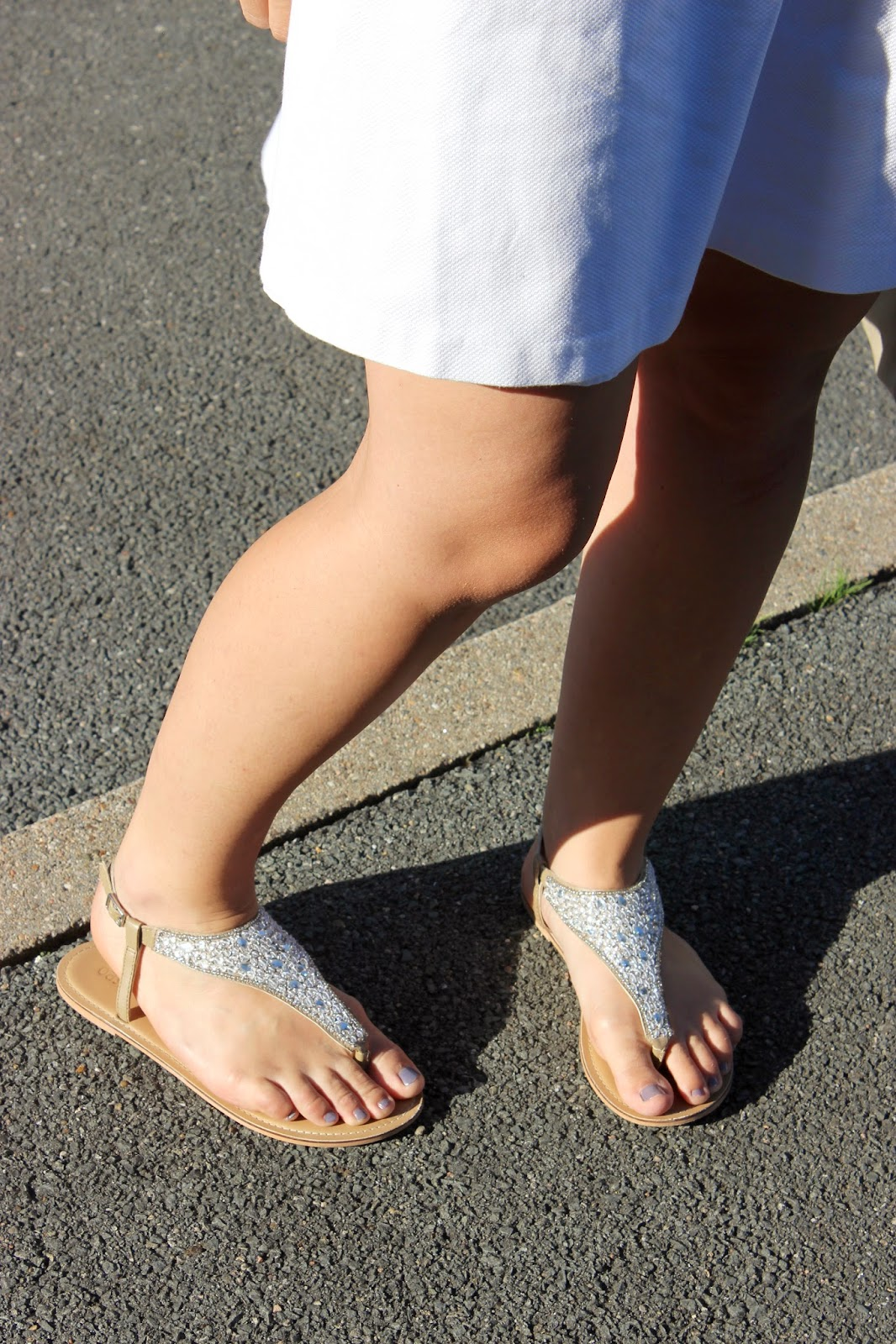 robe et sac Naf Naf, sandales Oasis, boucles d'oreilles sur les toits de paris