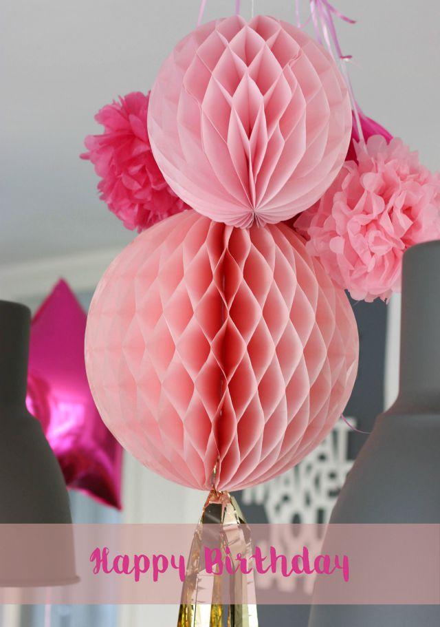 Wabenbälle und Pompoms als Geburtstagsdeko pink rosa Frühstück bei Emma