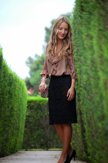 Street style, ladylike, Zara black lace pencil skirt, Zara camel blouse, Bimba & Lola Bag, Mango pumps