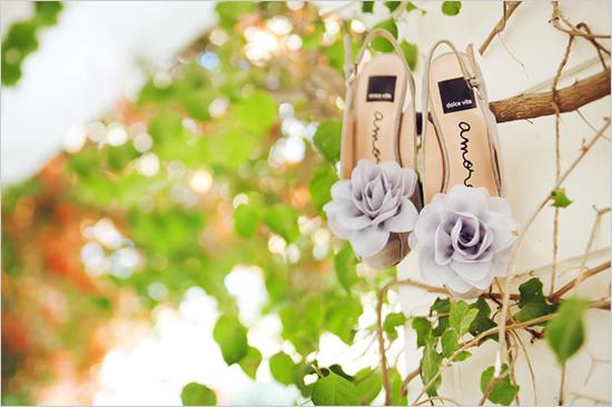 Originales zapatos de novia con flor