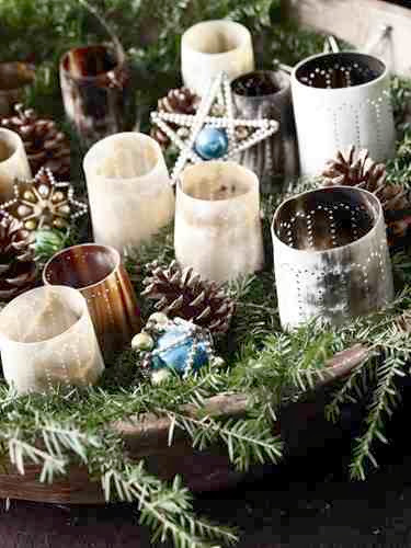 Dekoracja ze świec, gałązek i ozdób świątecznych