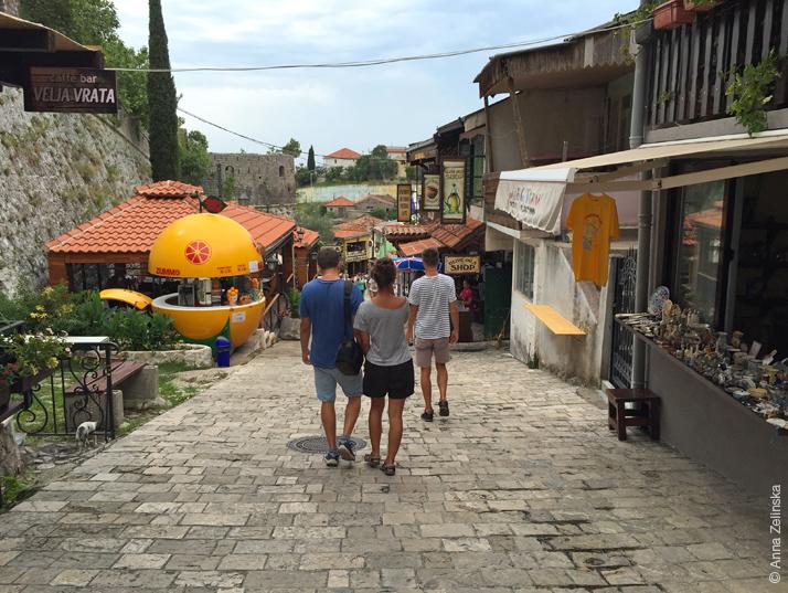 Туристическая улица около Старого Бара, Черногория