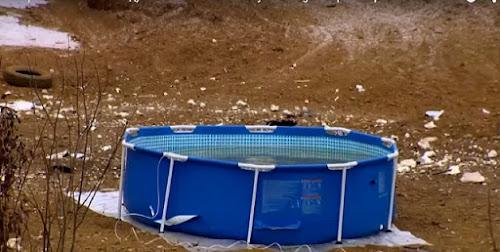 Veja como um russo esvazia uma piscina