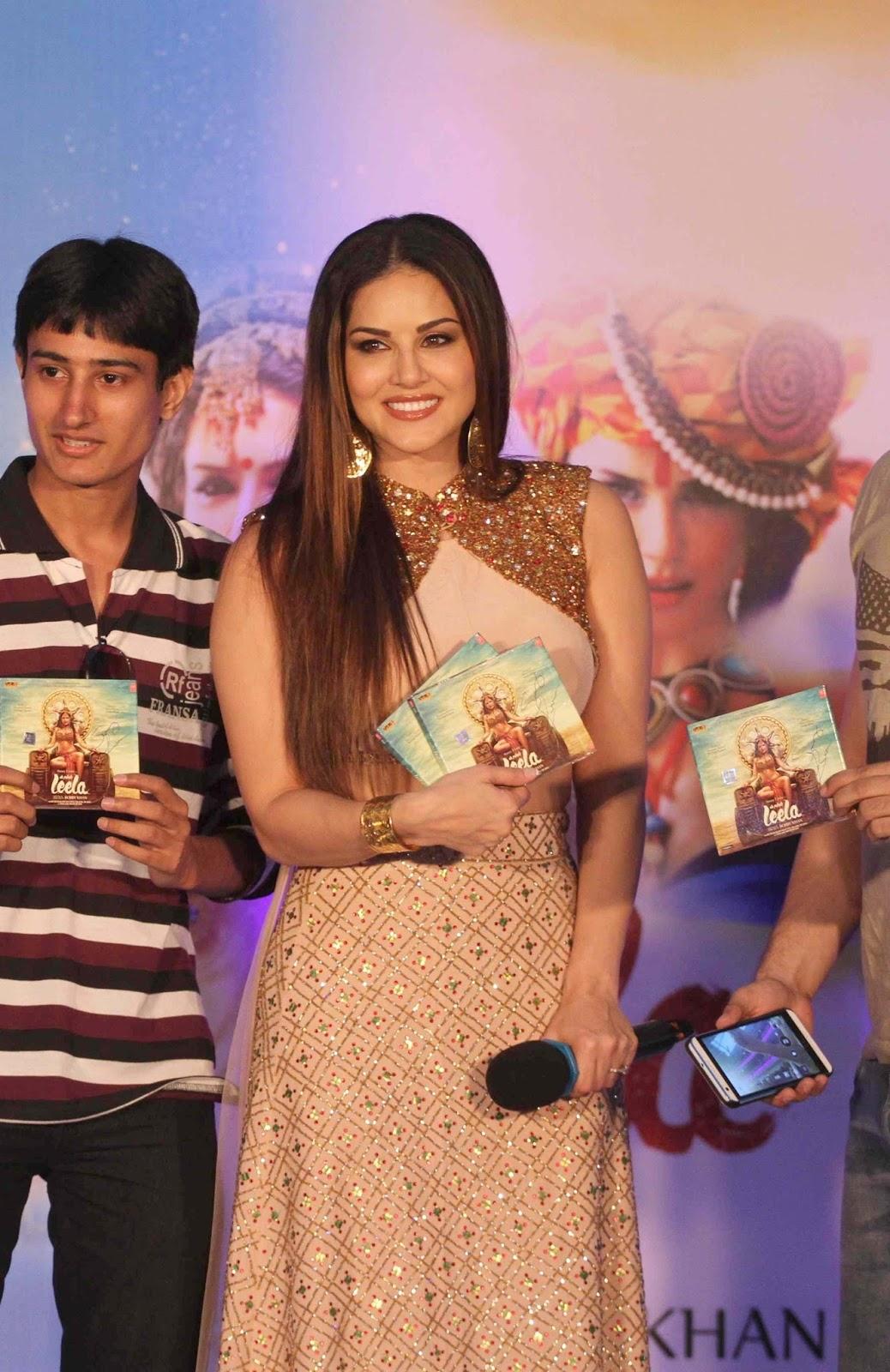 """Sunny Leone Displays Her Sexy Curves At Film """"Ek Paheli Leela"""" Promotions At Korum Mall, Mumbai"""