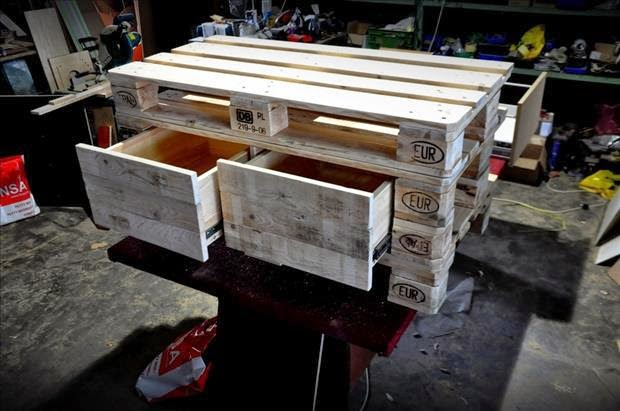 26 creative furniture designs from old pallets do it for Pallet furniture blogspot com