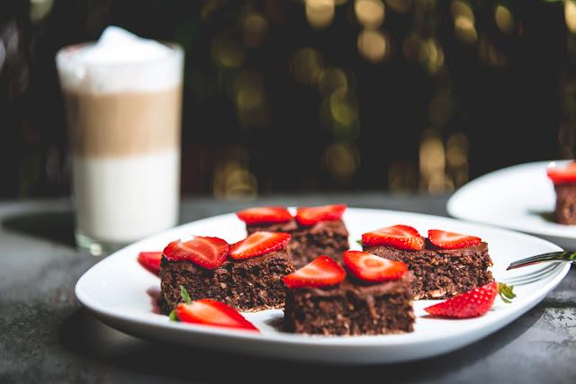 Kaffeetafel mit Latte Macchiato und Erdbeeren