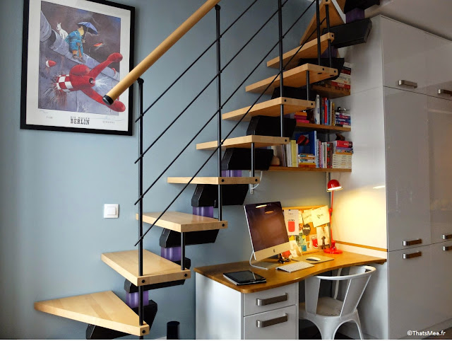 escalier suspendu bois et métal noir sur-mesure, coin bureau sous escalier déco astuce rangement cadre Tintin