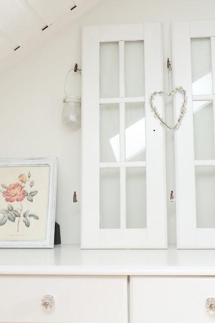 """Hvitt med farger: soverom og """"ny"""" lampe"""