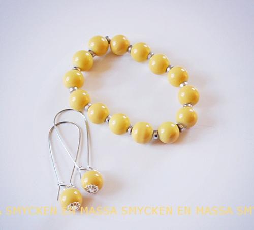 gult armband och gula örhängen