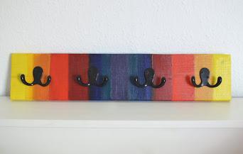 Eine Garderobe in Regenbogenfarben
