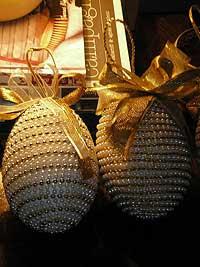 Bolas navideñas caseras decoradas con cinta y chaquiras