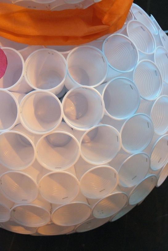 Criarte dicas boneco de neve de copos descart veis for Como criar cachamas en tanques plasticos