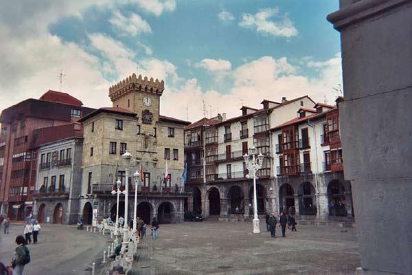 http://1.bp.blogspot.com/-YftTqi1ynOc/UVYFQUt0GQI/AAAAAAAAG1k/2ZpT-XkTe0w/s1600/142100_21423-castro-urdiales-plaza-del-ayuntamiento.jpg