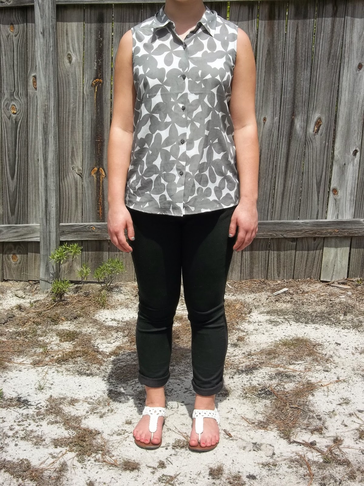 Spring Inspirations. Grey button down tank, black skinny jeans, white sandals. http://mybowsandclothes.blogspot.com/. #styleblogger #sblogger #outfit #outfitpost #outfitinspiration #sandals #spring