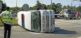 ambulans terbalik di muar