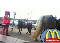 Mujer entra a un MacDonald a Caballo