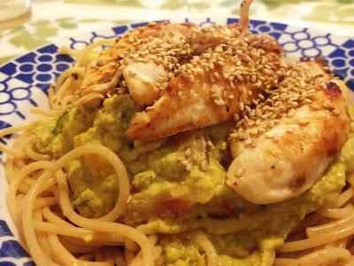 Spaguetti integral con cremoso de aguacate y pollo