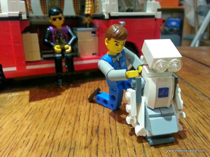 Robot fixing LEGO