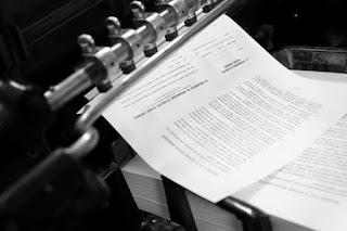 Stampa riproduzione in svariate copie di scritti, foto o disegni attraverso una matrice