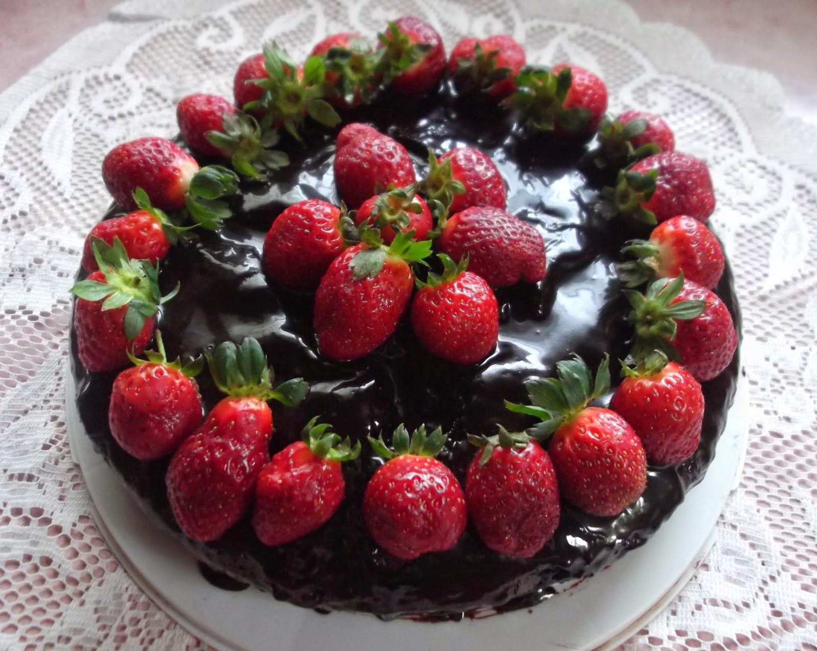 kek coklat lembap strawberi