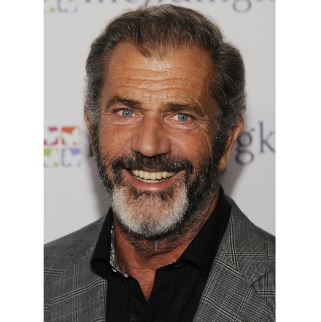 El actor Mel Gibson sonríe con barba