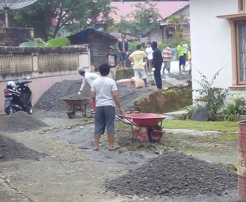 Lanjutan Gotong Royong Pengecoran Jalan Bukit Apit-Koto