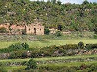 Zoom a la masia de Cal Jepet situada a l'altra banda de la vall
