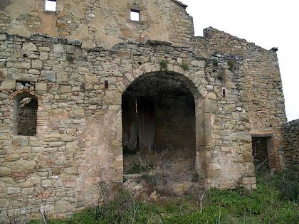 El portal d'arc de mig punt que permet l'accés al distribuïdor de l'entrada a la casa