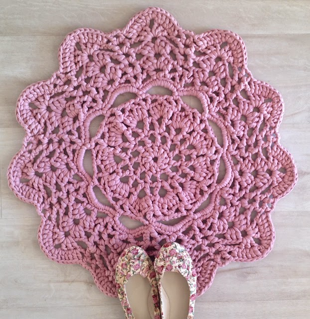 Free Crochet Patterns Tshirt Yarn : tangled happy: Pink Doily T-Shirt Rug