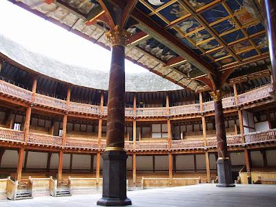 «Globe Theatre Innenraum» par Tohma — Travail personnel. Sous licence GFDL via Wikimedia Commons - http://commons.wikimedia.org/wiki/File:Globe_Theatre_Innenraum.jpg#/media/File:Globe_Theatre_Innenraum.jpg