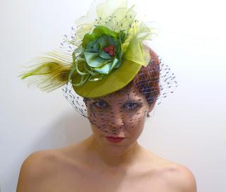 tocado verde con velo ojuilla