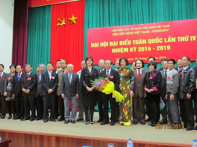 Ban chấp hành khóa mới chụp ảnh cùng bà Đại sứ và bà Phó chủ tịch.