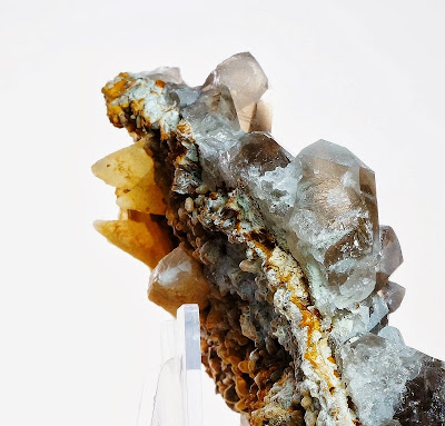 cristaux de calcite, sidérite et quartz placés de part et d'autre d'une fine gangue de granite, cristal trouvé dans le massif du Mont-Blanc et trouvé par un cristallier